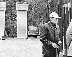 """""""Вор в законе"""" Саша Шорин на похоронах своего друга детства """"законника"""" Савоськи; Котляковское кладбище, 15 мая 2001 года"""