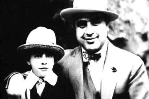 """Великий гангстер с сыном Альфредом Фрэнсисом """"Сонни"""" Капоне"""