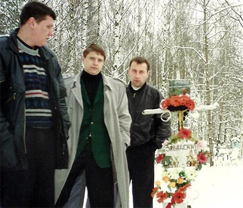 Справа воры в законе: Сергей Комаров (Комар) и Сергей Липчанский (Сибиряк) на могиле Леонида Завадского