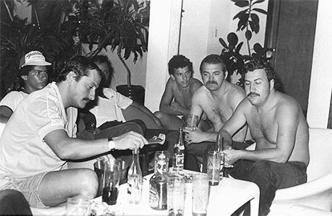 Пабло Эскобар в кругу своих соратников