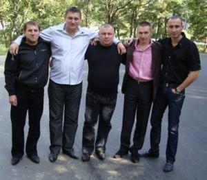 На фото Кушнеров в розовой рубашке в окружении смотрящих за Лидой, Гомелем, Гродно
