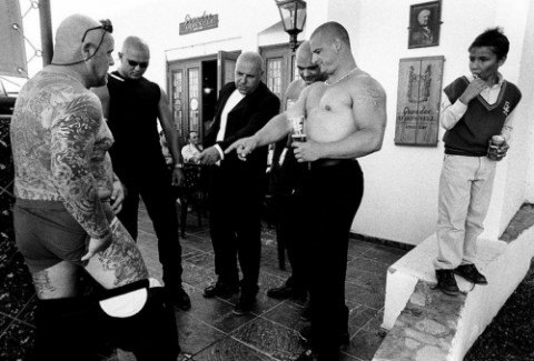 Микки Goldtooth (в пиджаке) и члены мафии наблюдают «бодиарт» Фила. Тенерифе (Канары). - фото