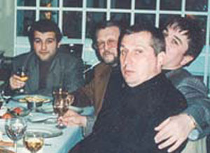 Вор в законе Александр Бор-Тимошенко (на переднем плане), во главе стола вор в законе Вячеслав Иваньков (Япончик) со своим сыном (Фото)