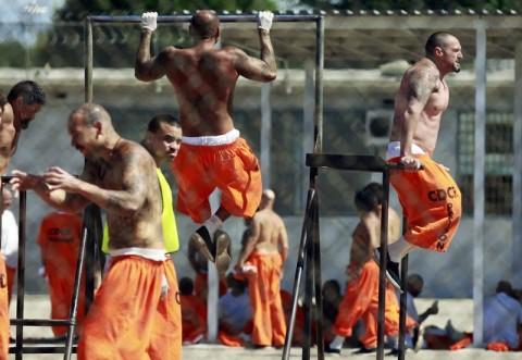 Заключенные на прогулке