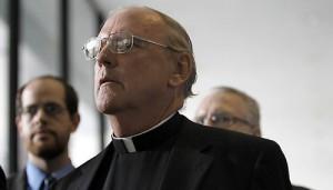 Священник Юджин Кляйн слушает своего адвоката Томаса Дуркина