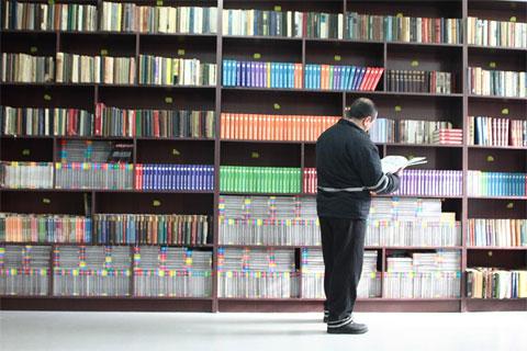 Заведует библиотекой один из осужденных.