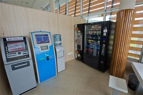 Банкоматы и торговый автомат со всякой всячиной.