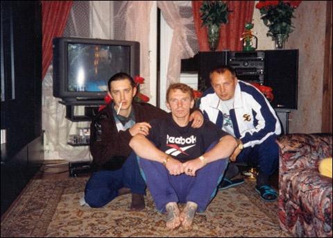 Вор в законе Щавлик (в центре) у себя дома с братвой