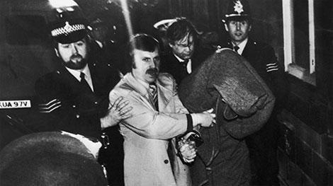 Питера Сатклиффа ведут на суд с мешком на голове