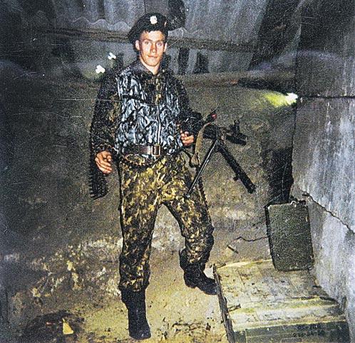 Основной киллер милицейской группировки омоновец Евгений Каратаев научился убивать в Чечне.