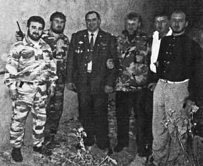 Слева направо: Балауди Текилов; Ваха Джафаров, начальник штаба отряда С. Радуева; Дауд Коригов, бывший министр МВД Ингушетии; Лечи Альтимиров ( кличка Борода); неизвестный; Арби Бараев