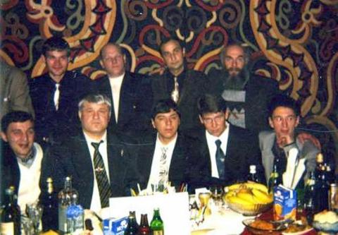 10 ноября 1994 г. Комсомольск-на-Амуре. День рождения Евгения Васина (Джем). Слева направо сидят воры в законе Чира, Джем, Стрела, Сахно, Ева. Слева направо стоят вор в законе Литвин, авторитет Владимир Податев, вор в законе Отари Тоточия.