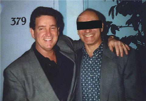 """Джо Пистоне на вечеринке по случаю своей отставки из ФБР (с затенённым лицом, так как тогда он ещё скрывался) вместе с агентом Джоном Конноли. Через несколько лет Конноли будет разоблачён - он работал на бостонскую банду """"Уинтер Хилл"""""""
