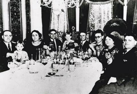 Слева направо: Сэм Дженна, Анджела Дженна, Питер Дженна, Тони Дженна, Джим Дженна и семья.
