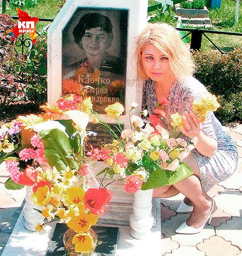 Мать убитой Леры у памятника дочери