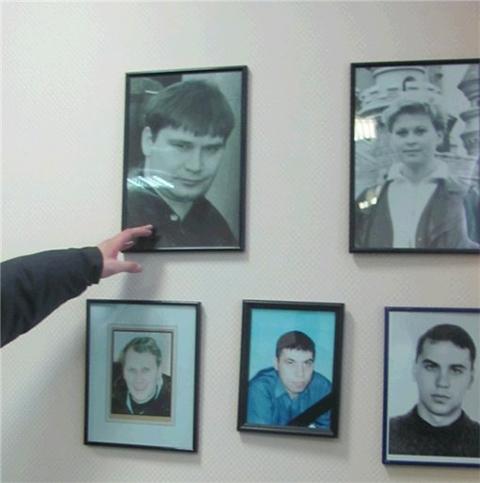 """""""Ифовских"""" объединял и Союз предпринимателей Воркуты. Офис этой организации располагался в Доме быта. Здесь же была и стена скорби, на которой висели портреты погибших. В верхнем ряду - Владимир Ифа и его супруга."""