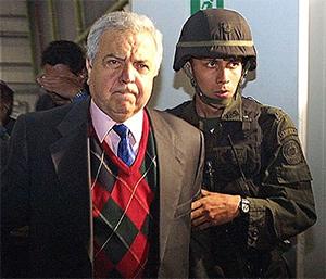 Хильберто Родригес во время экстрадиции в США в 2005 году