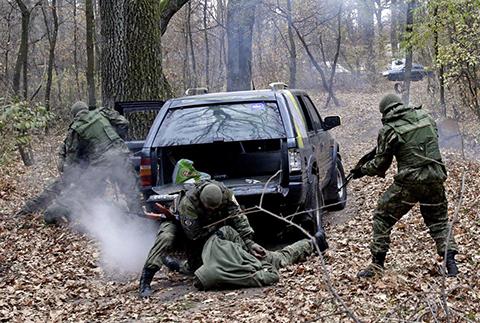 Отработка задержания автомобиля на блок-посту и освобождения заложников