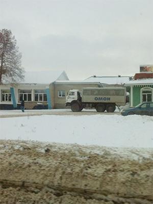 Снимки машин ОМОНА возле одного из ресторанов Альметьевска — там проходили поминки