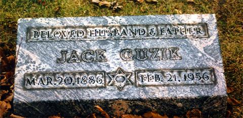 Мемориальная доска Джека Гузика на кладбище