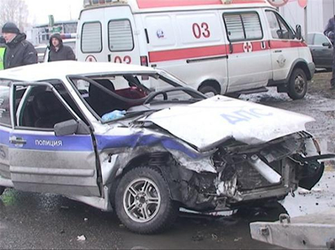 Разбитый полицейский автомобиль, который по словам свидетелей протаранил  Джамбулат Дадаев