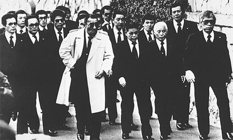 Члены Ямагути-гуми во время похорон в 1980-е