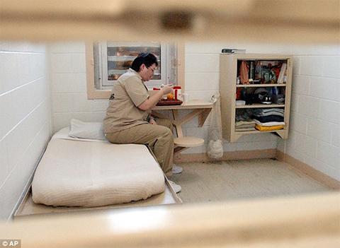 Келли Гиссендейнер во время приема пищи в ее камере в тюрьме