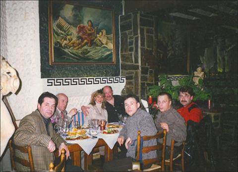 За столом с сигаретой вор в законе Лева Бельмо, передний план: в сером свитере «положенец» Молнар, рядом с ним в серой куртке вор в законе Биря