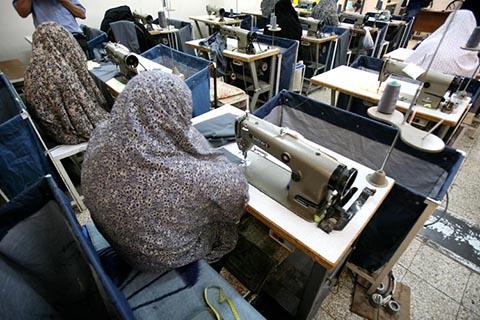 Иранские женщины заключенные работают на пошиве одежды в тюрьме Эвин в Тегеране