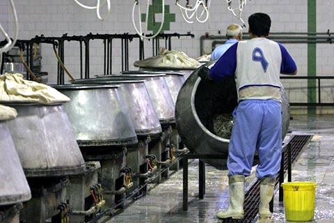 Иранские заключенные работают на кухне в тюрьме Эвин в Тегеране