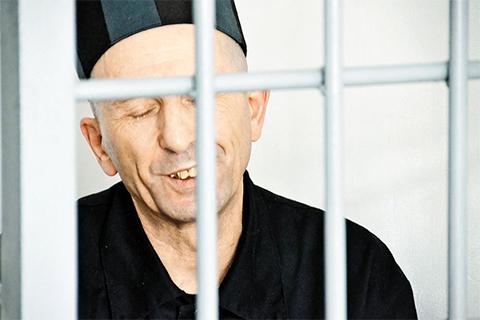 Полевой командир Тракторист и сейчас не теряет оптимизма. В Чечне он казнил наших солдат. Через каких-то 8 лет он спокойно выйдет на свободу. Если, конечно, суд возьмет на себя такую ответственность.