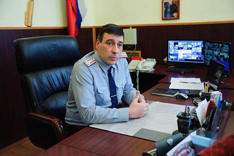 Полковник Александр Кокаев из своего кабинета может наблюдать за всем периметром СИЗО
