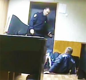 Майор полиции Омска избивал задержанных в своем кабинете