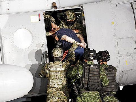 Хоакин Гусман под конвоем садится в вертолет