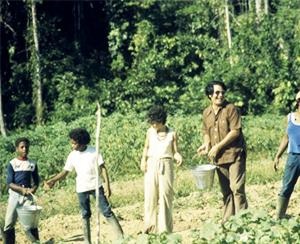 Джим Джонс вместе со своими прихожанами занимается сельским хозяйством фото
