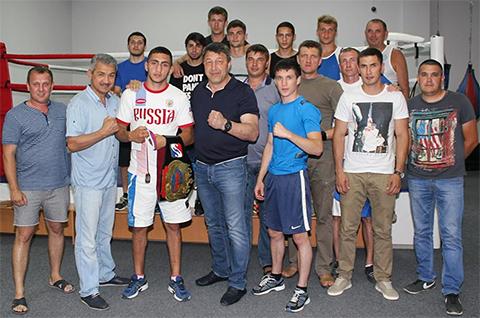 Сергей Воронков (в центре)