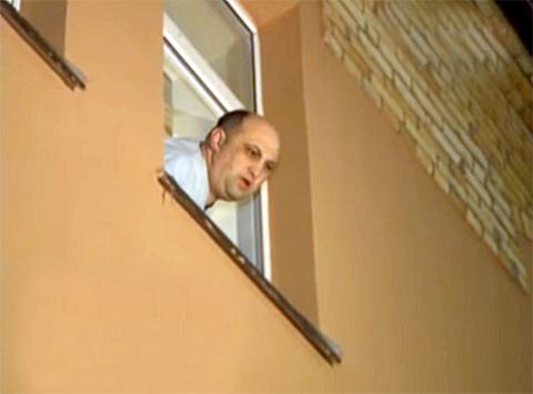 Арнольд Шалмуев во время появления СОБРа у стен его коттеджа ночью. Губернатора пришли арестовать