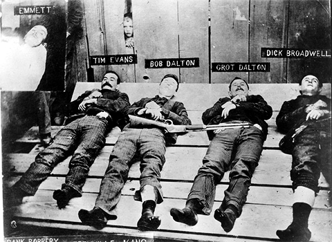 Трупы трех братьев Далтонов и их подельника Дика Броадвелла выложили на всеобщее обозрение перед коффейвиллской тюрьмой. Их руки сцеплены наручниками
