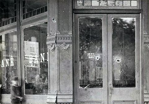 Следы от пуль в окнах банка после перестрелки горожан с бандой Далтонов