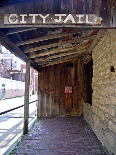 Тюрьма Коффейвилла, в помещении которой были сложены тела убитых бандитов