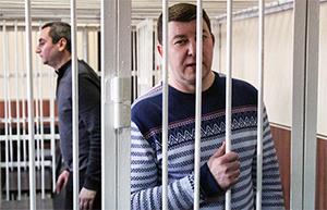 Бывший глава УФСКН по Новосибирской области Андрей Андреев. На заднем плане Александр Солодкин младший