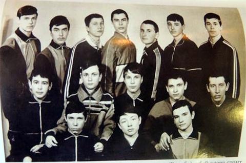 Эдуард Хайруллин стоит в среднем ряду, второй слева