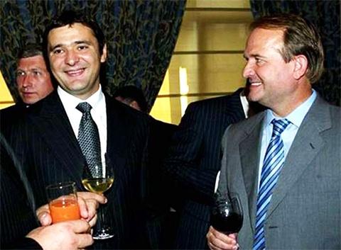 Слева: Максим Курочкин, Виктор Медведчук; за их спинами - Богдан Губский