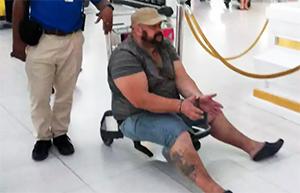 Только с помощью тележки удалось посадить авторитета на самолет