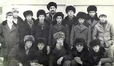 Юные сызранские боксеры советского периода. Второй слева в нижнем ряду — Олег Иобашвили, будущий тренер Тита