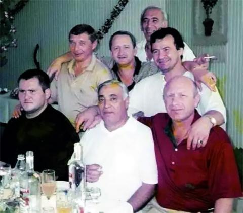 Сверху вниз и слева направо воры в законе: Вахо Чачанидзе, Гена Грачонок, Мераб Мзарелуа, Гия Дангадзе, Армен Каневской, Дед Хасан и Боря Сулава, 20.07.1998, Краснодарский край