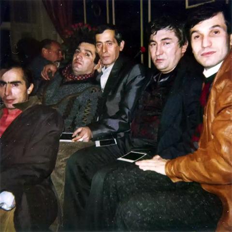 Слева воры в законе: Паата Члаидзе (Паат Большой), Реваз Цицишвили (Цицка), Зураб Цинцадзе (Зури Батумский), Датико Цихелашвили (Дато Ташкентский), Валерий Длугач (Глобус)