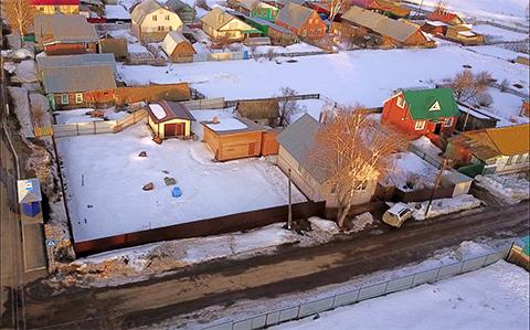 Дом в селе Алнаши (на переднем плане)
