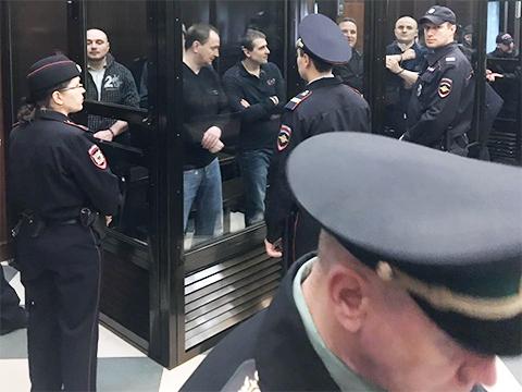 Денис Сугробов (в «аквариуме», второй слева) слушает приговор