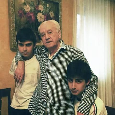 Джемал Хачидзе с внуками